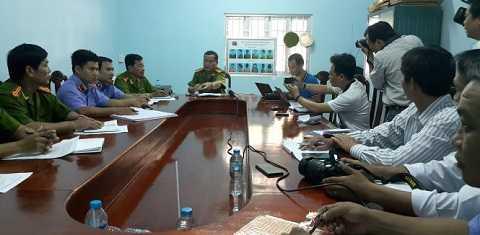 Đại tá Phạm Văn Ngân - Phó giám đốc Công an tỉnh Vĩnh Long chủ trì buổi họp báo - Ảnh: Thúy Hằng