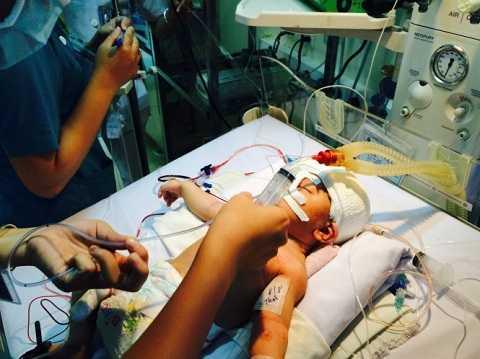 Bệnh nhi đang được các y, bác sĩ tập trung cứu chữa, chăm sóc - Ảnh: L.TH.H