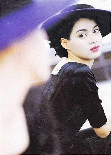 Đằng sau ống kính, Lưu Cẩm Linh có cuộc đời truân chuyên. Năm 1995, báo chí Hong Kong xôn xao thông tin một nữ diễn viên họ Lưu bị xã hội đen cưỡng bức, sau đó bị tống tiền. Nhiều người nghĩ đó là Lưu Gia Linh, nhưng bất ngờ, Lưu Cẩm Linh đứng ra thừa nhận nạn nhân ấy là mình. Thay vì cảm thông, ATV lại ra lệnh 'đóng băng' Lưu Cẩm Linh, khiến cô không có phim đóng và buộc lòng phải chấm dứt sớm hợp đồng 5 năm với hãng truyền hình này. Cô đầu quân cho TVB nhưng sự nghiệp không khá hơn là bao.
