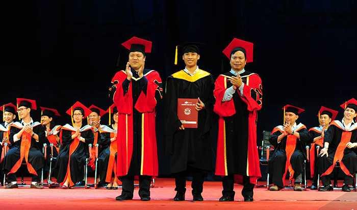 Từng sinh viên fpt được nhà trường trao bằng tốt nghiệp