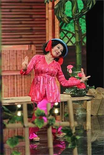 Nữ diễn viên gạo cội vui vẻ thực hiện các thử thách do Hứa Minh Đạt và Dương Cẩm Lynh đưa ra như nhai trầu, nhuộm răng đen, đội chậu thau nhựa đi lại uốn éo trên sân khấu.