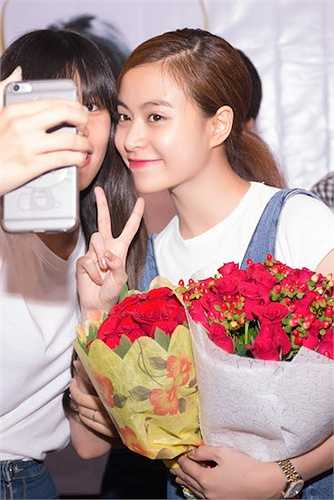 Buổi offline được bắt đầu với màn song ca những ca khúc đã từng rất thành công của cô với các Fan.