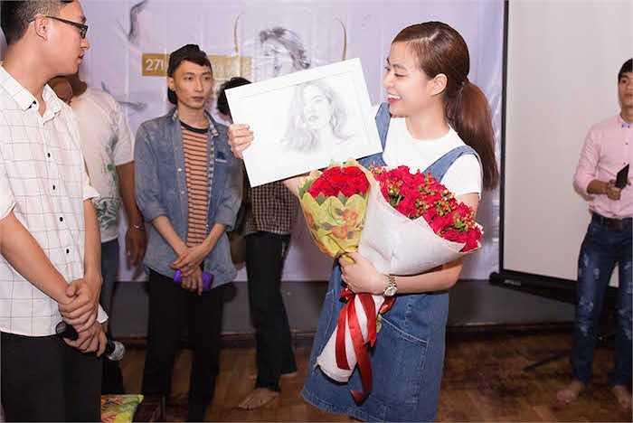 Để tiếp thêm phần hào hứng cho bữa tiệc, Hoàng Thuỳ Linh cùng Fan đã tham gia chơi những trò chơi vô cùng vui nhộn và những phần quà nhỏ được trao tới tay các fans.