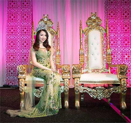 Xuất hiện trên thảm đỏ với bộ trang phục dạ hội màu xanh ôm sát được đính kết tỉ mỉ, Jennifer Chung đẹp rạng rỡ như một nữ thần