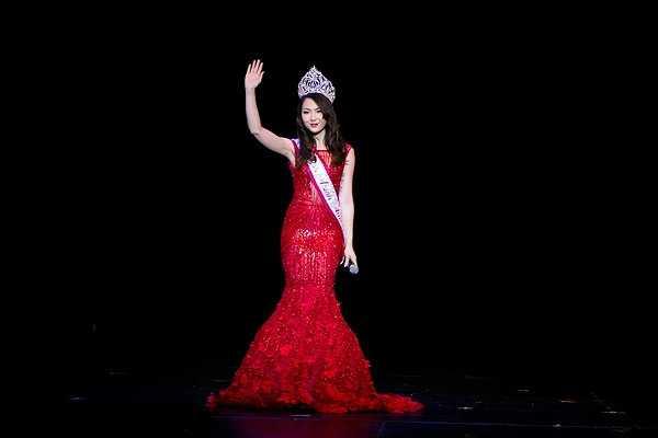 Trên sân khấu, nổi bật với chiếc đầm đỏ ôm sát khoe lưng trần gợi cảm cùng phần dưới xòe, HH Jennifer Chung ngày càng chứng tỏ phong cách thời trang cũng như gout ăn mặc cuốn hút và sang trọng của mình.