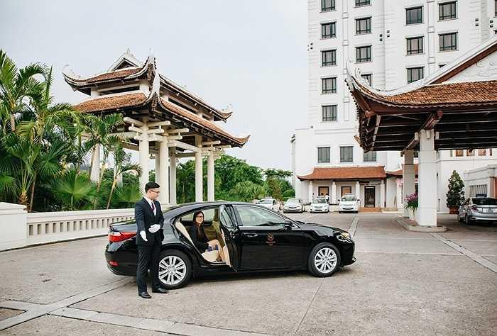 Từ tháng 8/2015, dịch vụ vận chuyển cao cấp bằng dòng xe Lexus ES350 được triển khai với khách VIP khi lưu trú tại khách sạn Sheraton Hà Nội.
