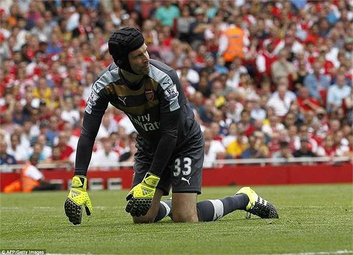 Petr Cech dường như chưa thể làm quen với hàng thủ cũng đầy sơ hở của Arsenal