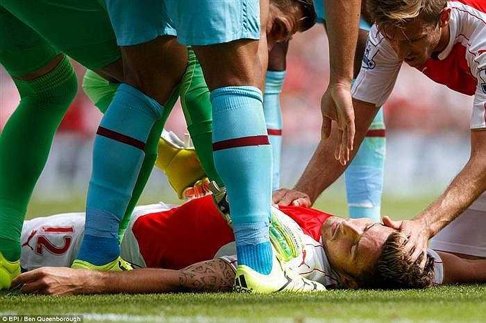 Oliver Giroud có những giây bất tỉnh sau một pha va chạm mạnh