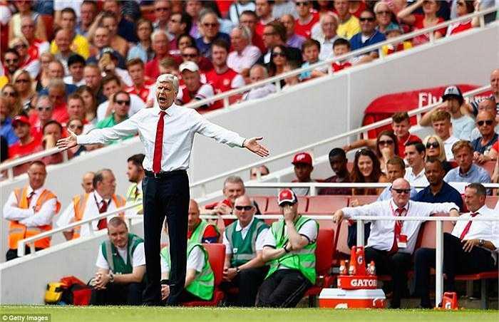 Ở bên kia chiến tuyến, Arsene Wenger lại quay trở lại với lối đá tấn công đầy ngây thơ
