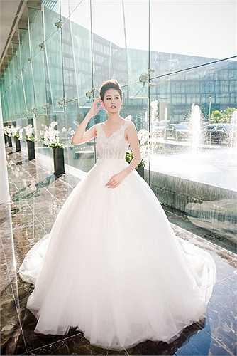 Siêu mẫu Hà Phương hóa thân thành cô dâu trong những thiết kế trang phục cưới của NTK Phương Linh.