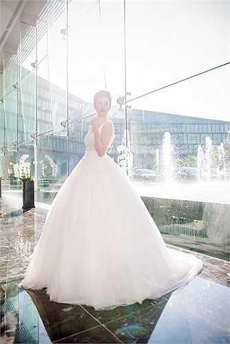 Người đẹp lộng lẫy trong sắc trắng của chiếc váy cưới.