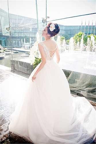 Được biết, trong những thiết kế của NTK Phương Linh, có mẫu được may bằng 280m vải voan Nhật 18 với lớp váy để tạo độ phồng, 36500 viên pha lê nhập khẩu từ Tiệp, 4 thợ lành nghề đính pha lê lên váy trong suốt 1 tuần mới xong.