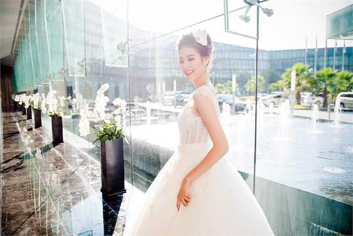 Ngắm siêu mẫu Hà Phương nổi bật trong thiết kế váy cưới.