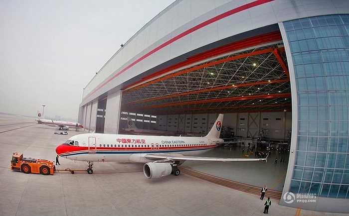 Các nhân viên ở đây sẽ tiến hành kiểm tra tổng thể máy bay. Trong đó có sửa chữa kết cấu, sửa chữa cabin, dọn vệ sinh bên trong, thậm chí thực hiện nhiều kiểm tra phức tạp