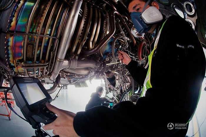 Nhân viên kỹ thuật đang kiểm tra các thông số của máy bay trên thiết bị điện tử. Kiểm tra hệ thống nhiên liệu, hệ thống dầu, hệ thống cung cấp khí kết hợp với bộ lọc