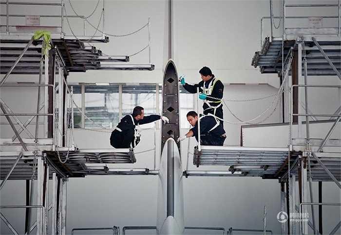 Phần cao nhất của máy bay có thể tương đương nhà 3 tầng được các nhân viên kiểm tra, vệ sinh