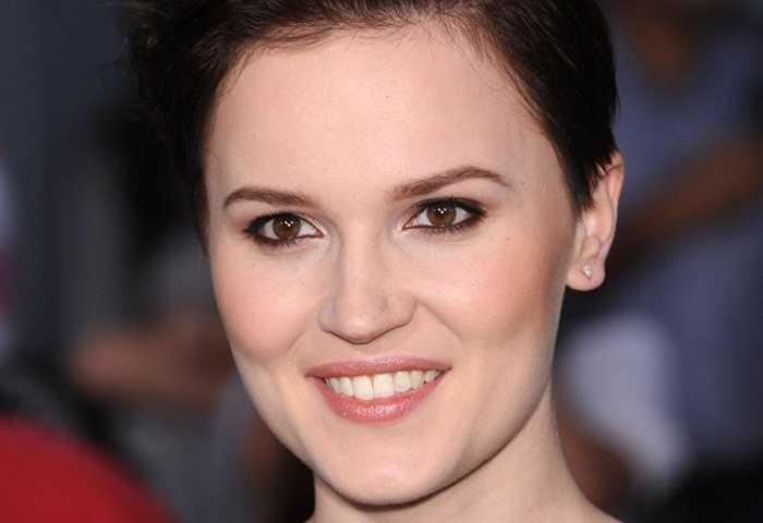 Veronica Roth, 26 tuổi. Chủ nhân của cuốn tiểu thuyết ăn khách nhất nước Mỹ: Divergent mới chỉ 26 tuổi nhưng đã thực sự nổi tiếng với óc hài hước và trí tưởng tượng phong phú. Phiên bản điện ảnh của DIvergent mang về doanh thu lên tới 250 triệu USD