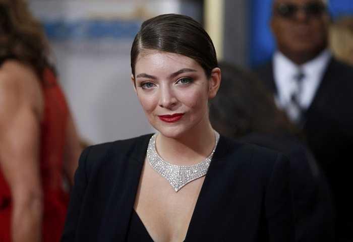 Lorde, 18 tuổi. Cô ca sĩ đến từ New Zealand không sở hữu quá nhiều bản hit cho đến thời điểm hiện tại do thời gian hoạt động của cô khá ngắn ngủi nhưng bù lại, sức ảnh hưởng của cô đang lan tỏa mạnh. Tài sản hiện tại ở tuổi 18 của Lorde là 2 triệu USD
