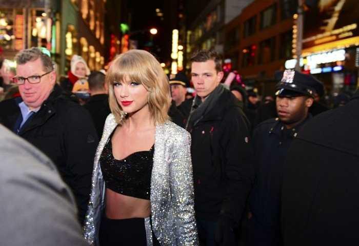 Taylor Swift, 25 tuổi. Để chọn ra một biểu tượng mới về sắc đẹp và sự thành công trong gần 1 thập kỷ qua, có lẽ sẽ không ai vượt qua được cái tên Taylor Swift. Cô ca sĩ nhạc đồng quê hứa hẹn sẽ còn thành công hơn nhiều trong thời gian tới