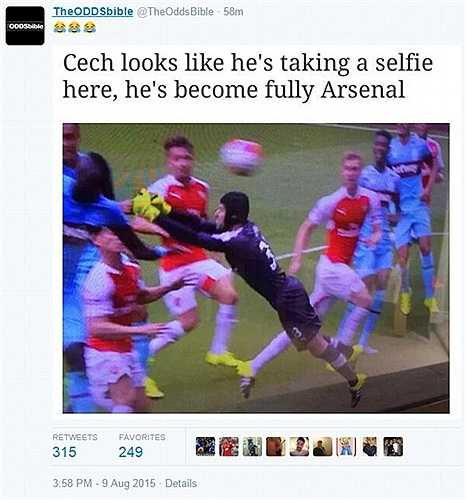 Cech bay người để selfie với cả đội Arsenal thay vì chụp bóng