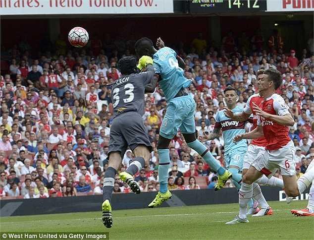 Cech lao ra chậm một nhịp trong bàn thua đầu tiên. Đây là tình huống mà tiền đạo West Ham không hề có chút lợi thế nào và cú đánh đầu là rất dễ nếu Cech... đứng yên trong khung thành