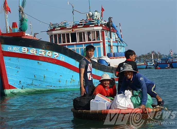 Từ sáng sớm, ngư dân Lý Sơn hối hả lên tàu vươn khơi Hoàng Sa