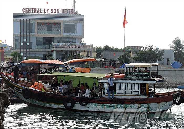 Một góc khác, tàu du lịch chuyển khách đến với Lý Sơn