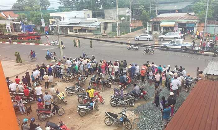 Từ sáng sớm đã có hàng trăm người dân tập trung để chờ xem dựng lại hiện trường vụ án. (Ảnh: Xuân An - Tuổi trẻ)