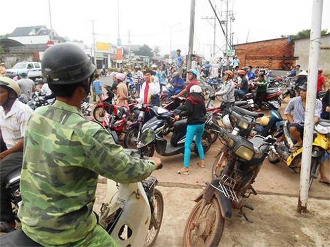 Đến gần 7h, người dân đến mỗi lúc một đông (Ảnh: Phan Cường - VTC News)