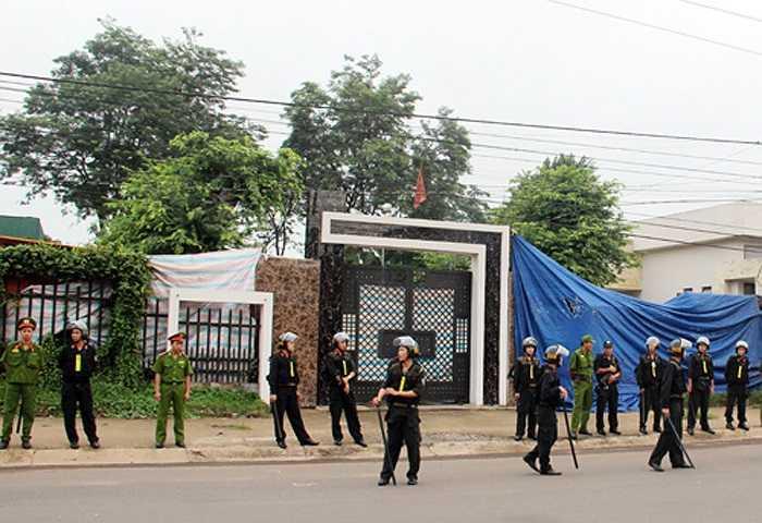 8h40, Dương và Tiến bắt đầu thực hiện lại hành vi của mình từ khu vực cổng nhà khi bọn chúng liên lạc với em Dư Minh Vỹ (SN 2001, cháu ông Mỹ) ra mở cổng chính của ngôi biệt thự và sát hại em này tại đây.