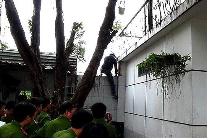 Tái hiện cảnh Nguyễn Hải Dương leo lan can vào nhà vợ chồng ông Mỹ (Ảnh: Phan Cường)
