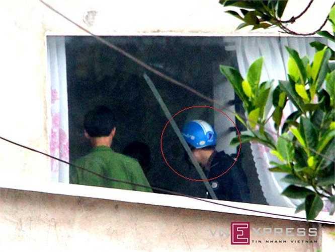 Dương trong chiếc áo khoác đen, đội mũ bảo hiểm màu xanh (như lúc đột nhập vào biệt thự gây án), lần lượt thực hiện lại từng động tác vào nhà nạn nhân.(Ảnh: VnExpress)