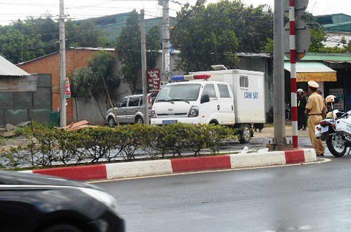 Hai xe chở bị can Dương và Tiến rời khỏi hiện trường vụ thảm sát. (Ảnh: Phan Cường)