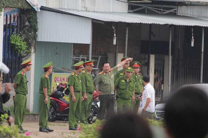7h45, ông Trần Thắng Phúc- Giám đốc Công an Tỉnh Bình Phước có mặt tại hiện trường để chỉ đạo. (Ảnh: Vietnamnet)