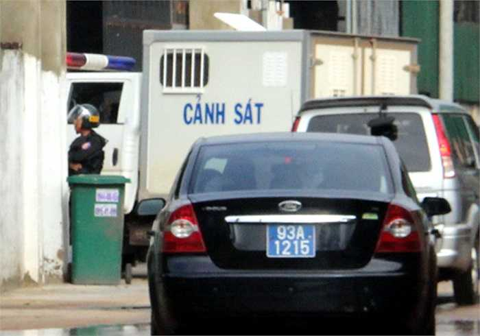 7h50, Đoàn xe đặc chủng bao gồm xe chở 2 bị can Nguyễn Hải Dương và Vũ Văn Tiến tiến thẳng vào ngôi biệt thự bằng cổng sau. (Ảnh: VnExpress)