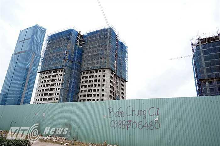 Những ngôi nhà cao tầng xây mãi vẫn chưa xong, những quảng cáo rao bán nhà đất nhếch nhác bẩn thỉu phần nào phản ánh tình trạng đìu hiu khó khăn của thị trường bất động sản. (Ảnh: Nguyễn Long)