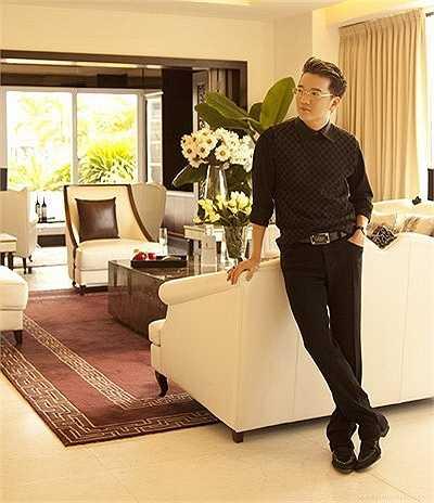 Trong một căn penthouse khác của Mr Đàm, Toàn bộ tầng dưới dành để thư giãn, nghỉ ngơi và sinh hoạt chung với phòng khách sang trọng, bàn ăn cao cấp cùng khu vực bếp với quầy bar thiết kế hiện đại.