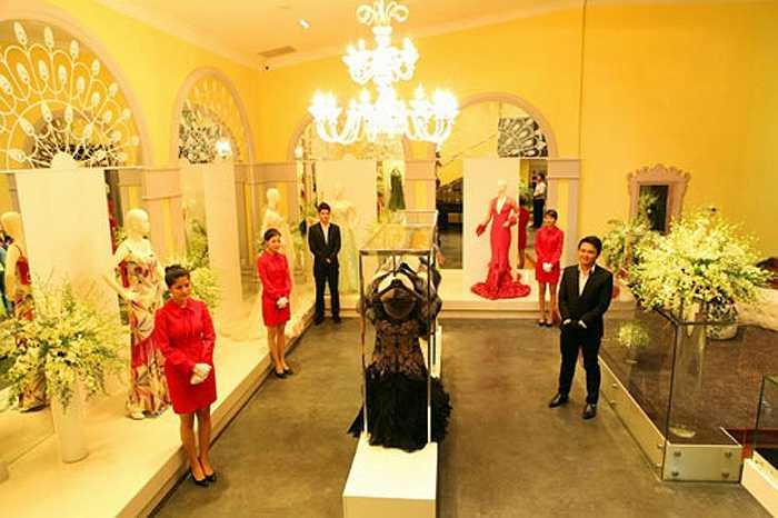 Lý Nhã Kỳ sở hữu một showroom kinh doanh chuỗi các mặt hàng thời trang cao cấp nằm ở khu vực trung tâm TP.HCM