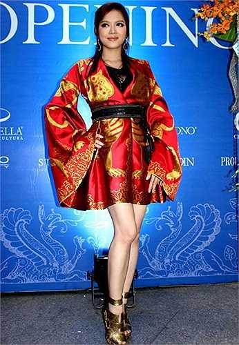 Chiếc váy của hãng Alexander McQueen có giá 2 tỷ đồng.