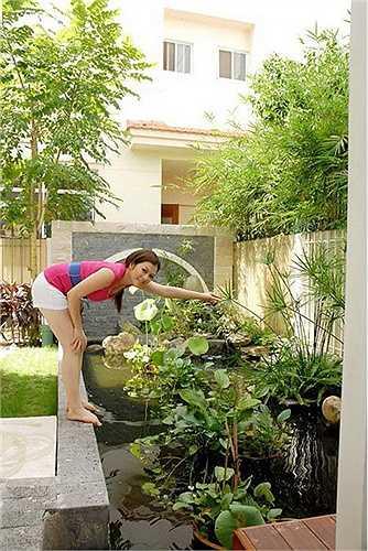 Cô cũng trồng nhiều cây cảnh ngoài vườn tạo khoảng không gian thoáng mắt cho căn biệt thự.  (Trung Ngạn)