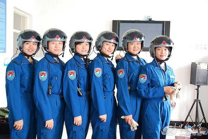Các nữ học viên tham gia khóa đào tạo phi công phục vụ trong Không quân Trung Quốc hoàn thành chuyến bay đầu tiên trong khóa học