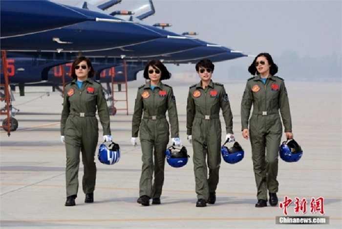 Bốn nữ phi công Trung Quốc tham gia trình diễn trên chiếc máy bay chiến đấu J-10 tại Triển lãm hàng không quốc tế Langkawi