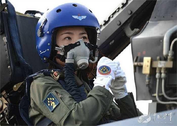 Bóng hồng quân đội Trung Quốc trên chiến đấu cơ