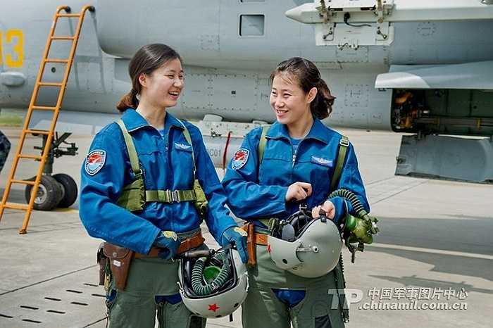 Các nữ phi công của đội bay biểu diễn Trung Quốc trình diễn kỹ năng điều khiển máy bay phản lực J-10