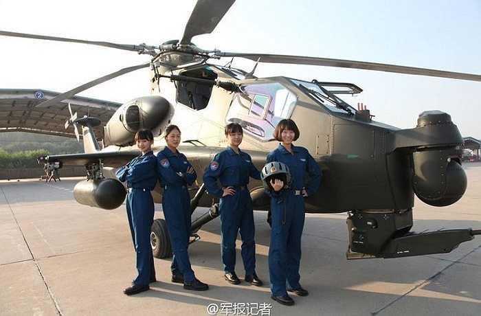 4 nữ phi công chụp ảnh bên trực thăng Z-10