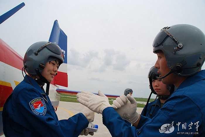 Học viên nghe chỉ dẫn của huấn luyện viên trước khi bay