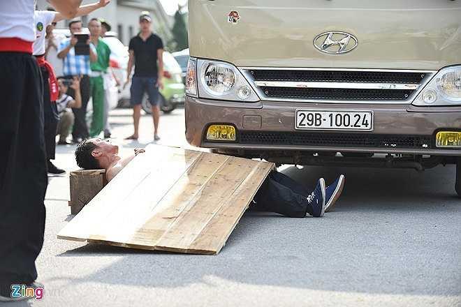 Đoàn võ thuật môn phái Hồng gia quyền, Liên Bang Nga trình diễn tiết mục Nằm trên thiết bản để xe ô tô 16 chỗ cán qua. (Nguồn: Zing)
