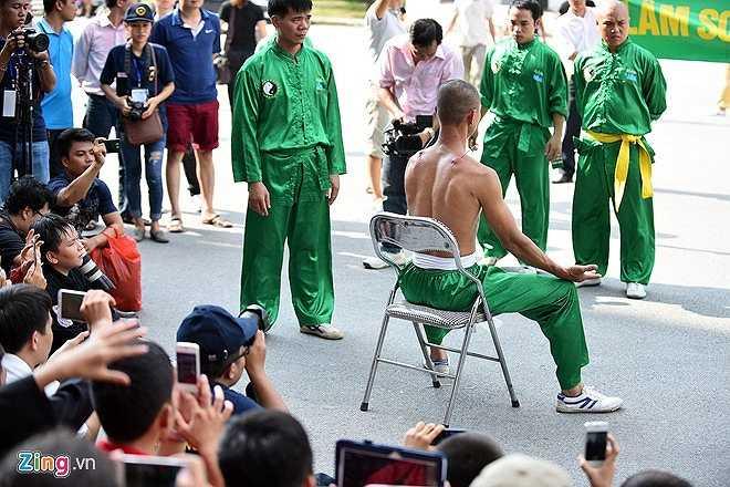 Sau khi thực hiện xong tiết mục, võ sư đến từ môn phái Lâm sơn động ngồi nghỉ 5 phút. Sau đó anh được những người hỗ trợ rút hai chiếc đinh ra ngoài.