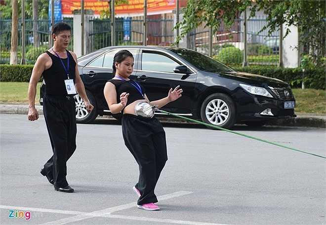 Cũng trong chiều nay, đáng chú ý có màn trình diễn của võ sinh Nguyễn Thị Thu Huệ (15 tuổi) đến từ môn phái Duy Thắng, tỉnh Thái Nguyên. Tiết mục mang tên Bát thương thích huyệt. Huệ dùng bụng kéo xe ô tô 7 chỗ.