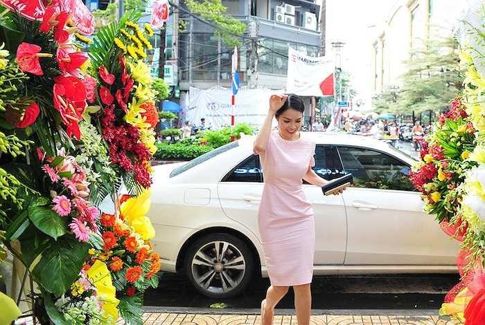 Mặc dù cơn mưa trong buổi chiều khá lớn và kéo dài, cô vẫn đi xe sang bạc tỷ đến dự buổi khai trương showroom nữ trang của người bạn thân thiết.